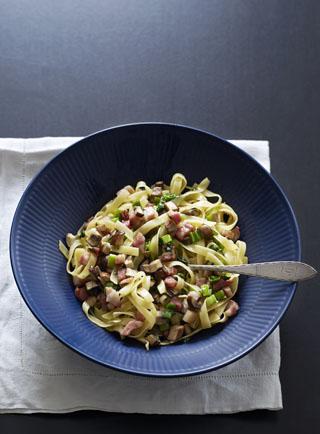 Tagliatelle med sopp, pancetta, vårløk og persille