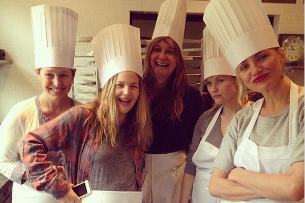 Dre Barrymore, Reese Witherspoon og Cameron Diaz på byttet ut Oscarglamour med pastakurs på The Culinary Institute of America.