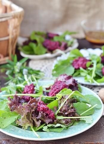 Grønn salat med rødbetemousse