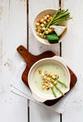 Hvit aspargessuppe med blåmuggost og kjørvel
