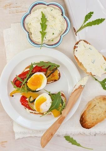 Bruschetta med grillede grønnsaker og egg