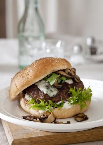 Hamburger med sopp og blue cheesedressing