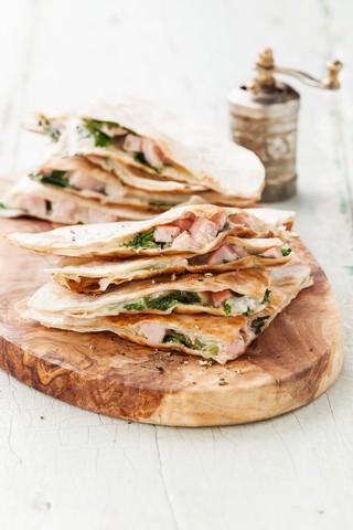 Quesadilla med skinke og spinat
