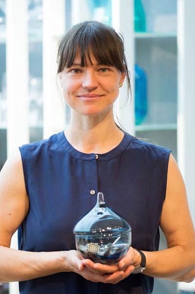 Designer Kristine Bjaadal med sine skåler, Drops, er en høstnyhet. Farget glass er veldig trendy.
