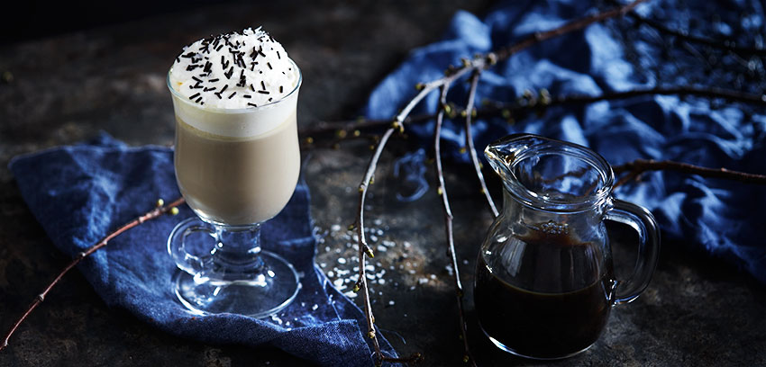 Varm hvit sjokolade med lakris og flaksalt