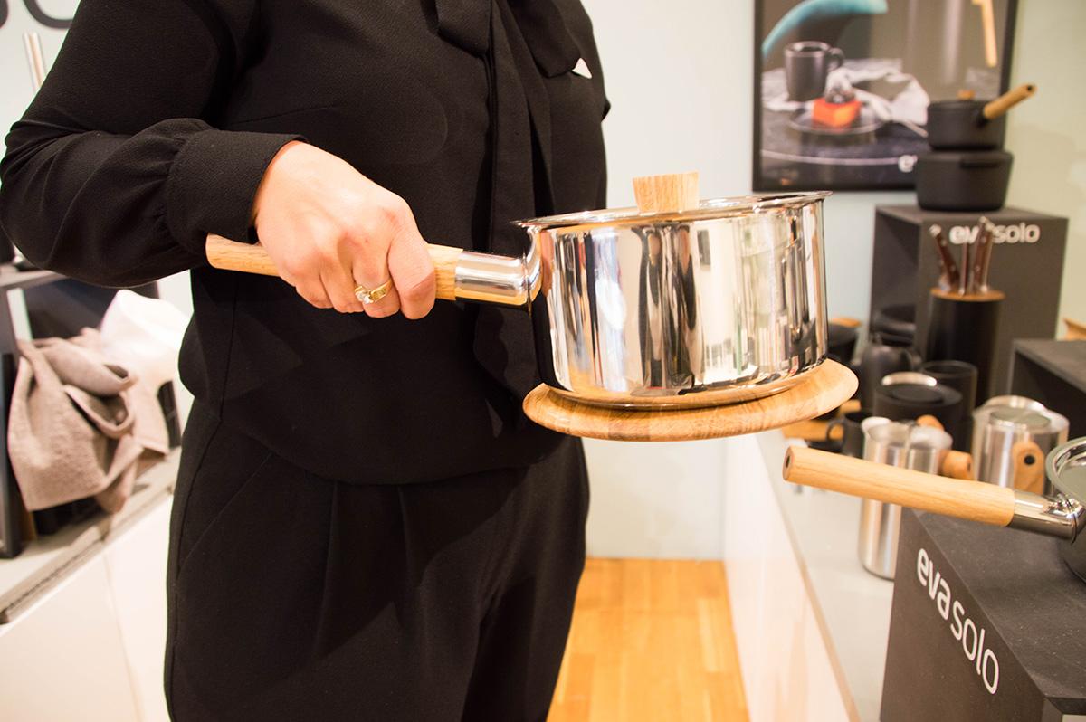 Bordskåner med magnet er praktisk, særlig når man skal bære og plassere en større gryte på bordet.