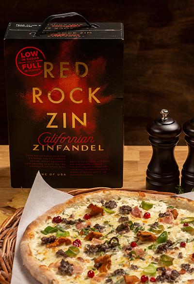 Red Rock Zin - rødvin med lite karbohydrater som er perfekt følge til blant annet høstpizza. Varenummer 10185306 | Pris 379,90,-