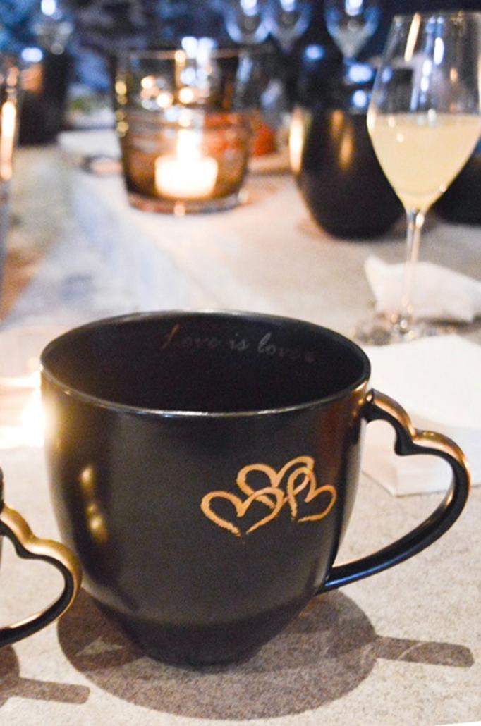 Jan Thomas har hjerter og tekst i ekte gull som dekor på «Love».