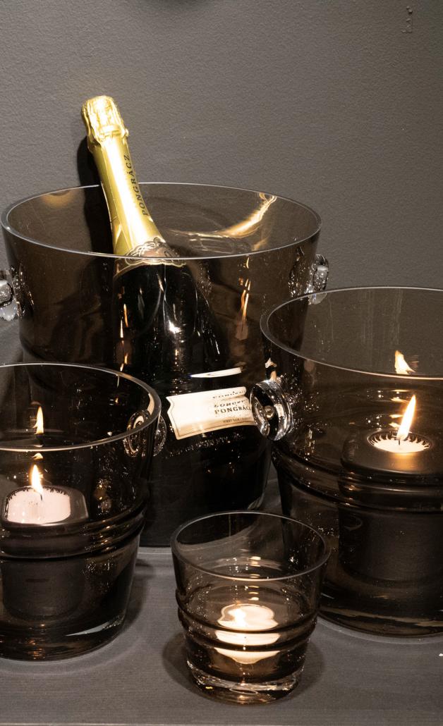 THE BUCKET er en eksklusiv og sofistikert serie lykter vaser og isbøtter designet av den kjente stylisten Jan Thomas.