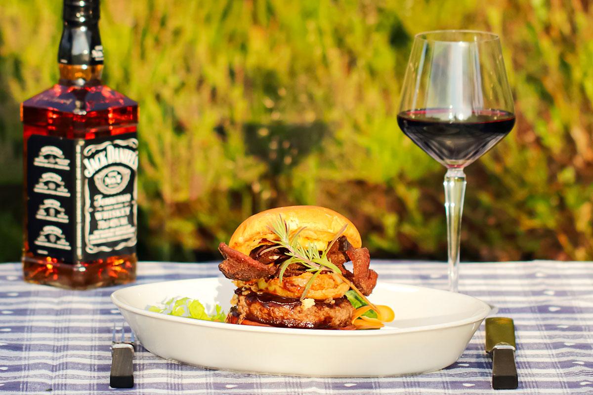 Hamburger med løkringer og Jack Daniel's bacon