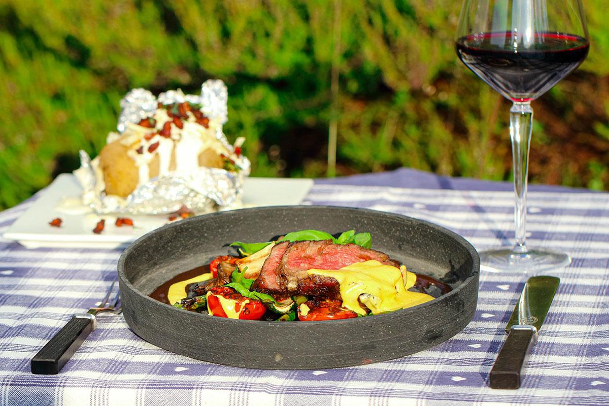Helgrillet entrecôte med béarnaise, grillede grønnsaker og bakt potet med Jack Daniels bacon